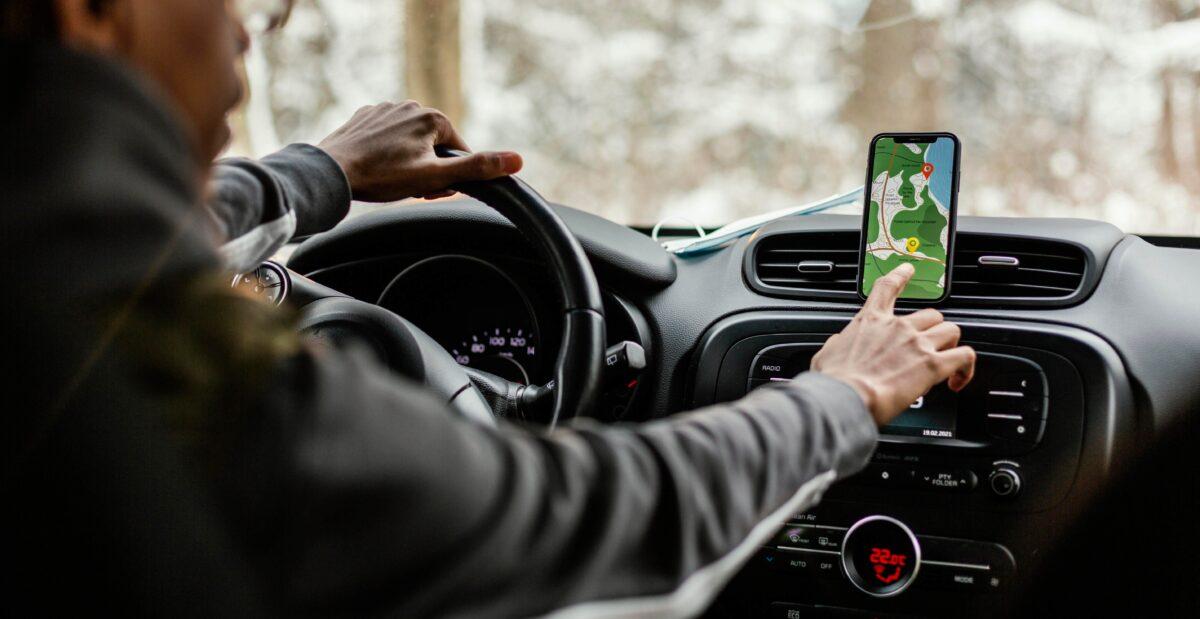 Anúncios no Waze: imagem de um motorista olhando o GPS