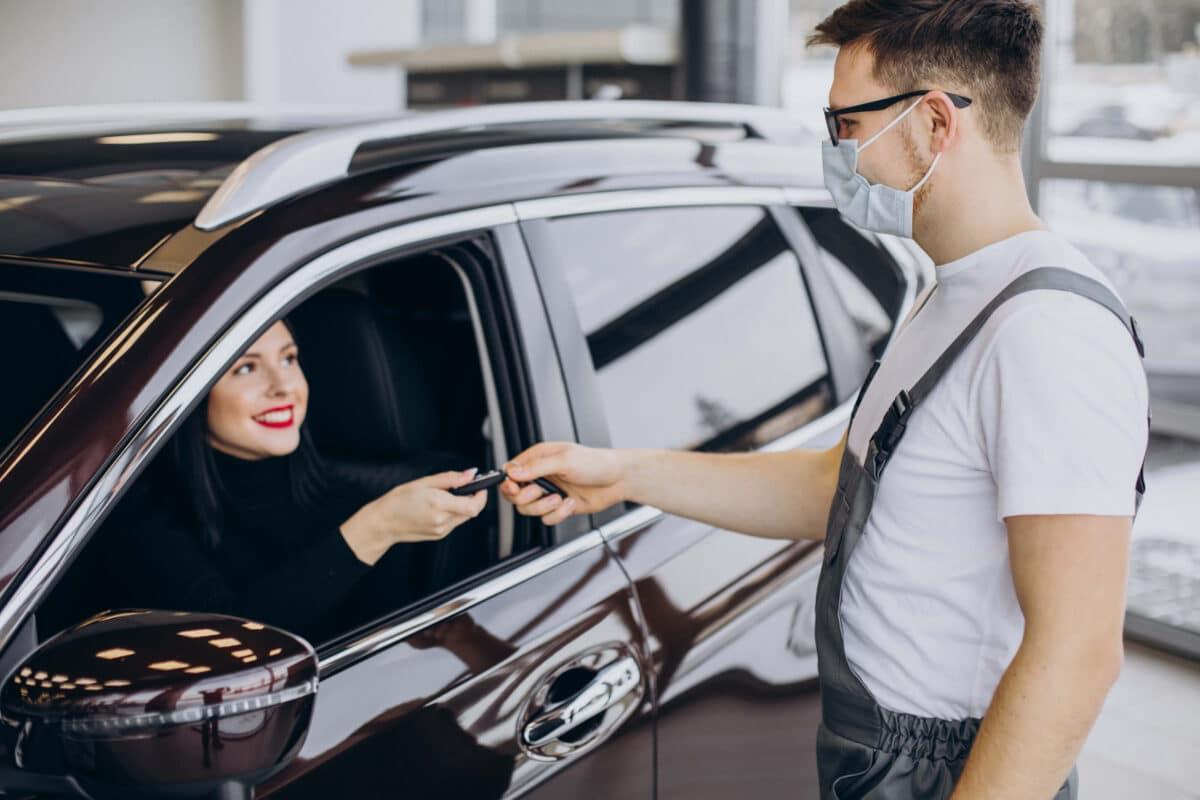 Gestão de conflitos em postos: imagem de um frentista conversando com uma motorista